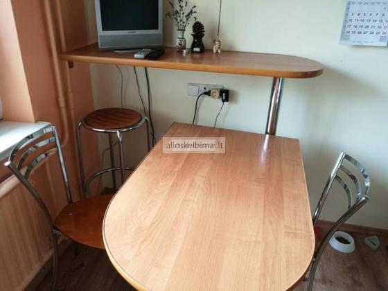 Stalas su kėdėmis ir baras su viena baro kėde-alioskelbimai